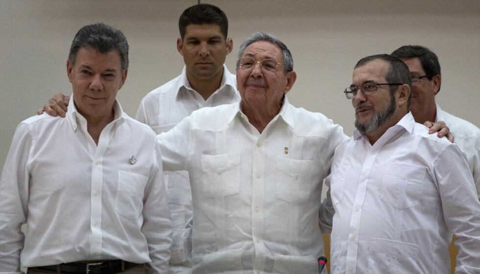 Colombias president Juan Manuel Santos (til venstre) og FARC-toppen Timoleon Jimenez møttes til et forhandlingsmøte i Havana i september i fjor. Forhandlingene ble delvis ledet av Cubas president Raul Castro (i midten). Foto: Desmond Boylan/AP