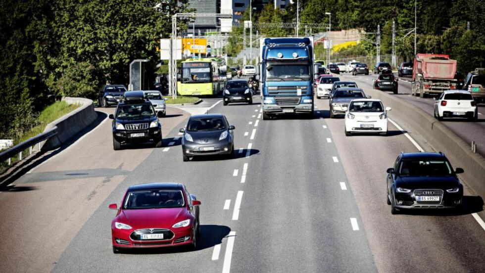 FORDELER: Både sosialister og liberalister vil fjerne fordelene. Her: Tesla elbiler i bussfeltet på vei inn til Oslo. Foto: Lars Eivind Bones