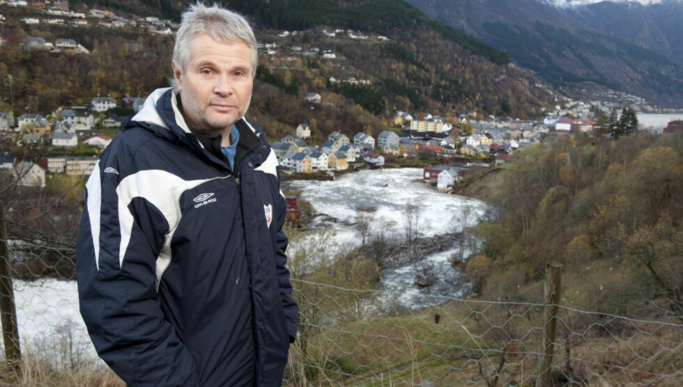 GLEMMER ALDRI: Jan Ove Sæd opplevde at nabohusene forsvant rundt seg i natt. - Jeg glemmer det aldri, sier han.  Foto: Tor Erik H. Mathiesen