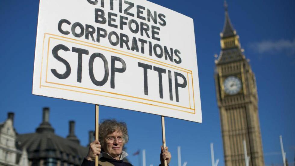 MOTSTAND: Det demonstreres over hele Europa mot TTIP-avtalen. Foto: Justin Tallis /AFP / NTB Scanpix