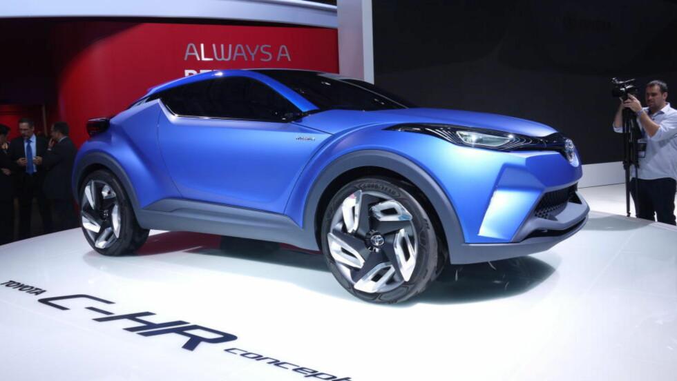 EKSTRAVAGANT: Toyota har ikke skjemt oss bort med mye av denne typen design, og når det kommer en ny crossover fra den japanske produsenten regner vi med at den blir en del mer moderat enn denne konseptbilen ved navn C-HR. Foto: LORD ARNSTEIN LANDSEM