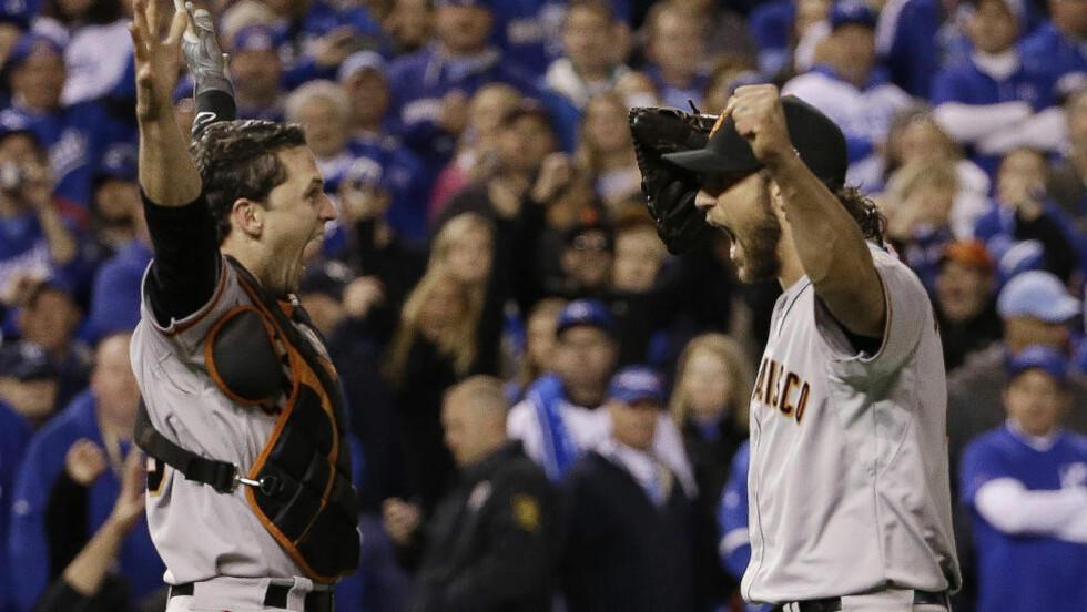 NY TITTEL: San Fransisco Giants tok i natt en ny World Series-tittel, mye på grunn av Madison Bumgarners (høyre) solide innsats. Her feirer han sammen med Buster Posey. Foto: AP Photo/David J. Phillip
