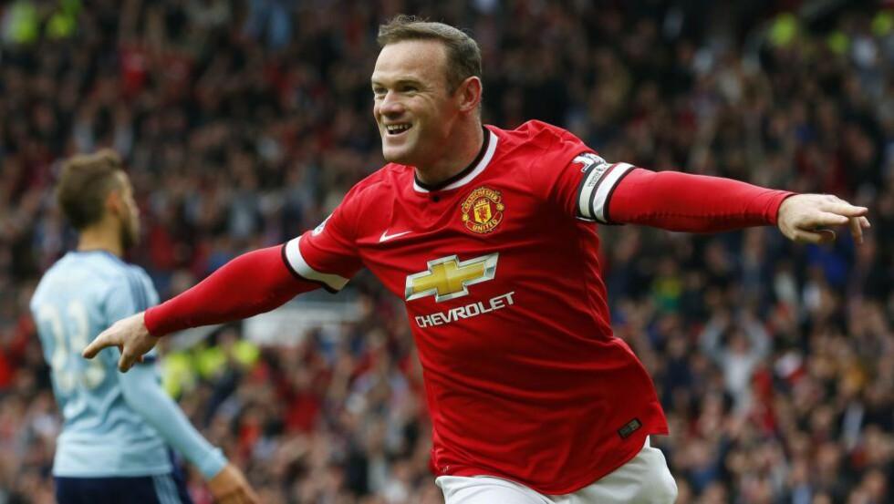 SKADET: Wayne Rooney ble observert haltende i møte med Manchester Uniteds sponsorer etter kampen mot Chelsea forrige søndag. Nå ser han imidlertid ut til å rekke storkampen mot Manchester City kommende helg. Foto: AFP PHOTO/LINDSEY PARNABY