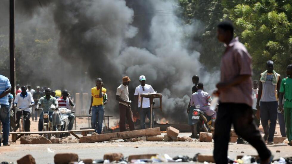 OMSTRIDT GRUNNLOVSENDRING: Demonstranter har stormet nasjonalforsamlingen i Burkina Fasos hovedstad Ouagadougou. Bildet er fra gårsdagens sammenstøt mellom demonstranter og politi i landet. Foto: AFP / NTB scanpix