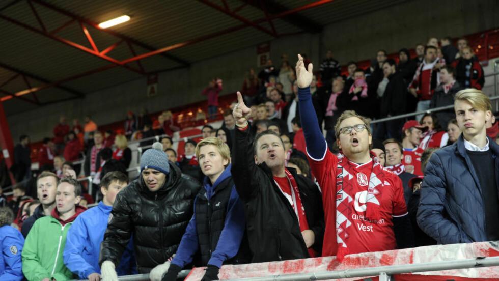 KRAVSTORE FANS: Brann-supporterne er kjent for å skape fantastisk stemning i Bergen, men i år har de måttet være vitne til hele ti hjemmetap. Begeret rant over etter 2-1-tapet mot Sarpsborg for to uker siden. Da ble Brann og Norling buet ut av stadion. Foto: Marit Hommedal / NTB scanpix