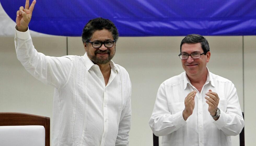 FRED: Colombias myndigheter og FARC har nå signert en fredsavtale i Cuba. Her er FARC-leder (t.v.) sammen med Cubas utenriksminister. EPA/ERNESTO MASTRASCUSA