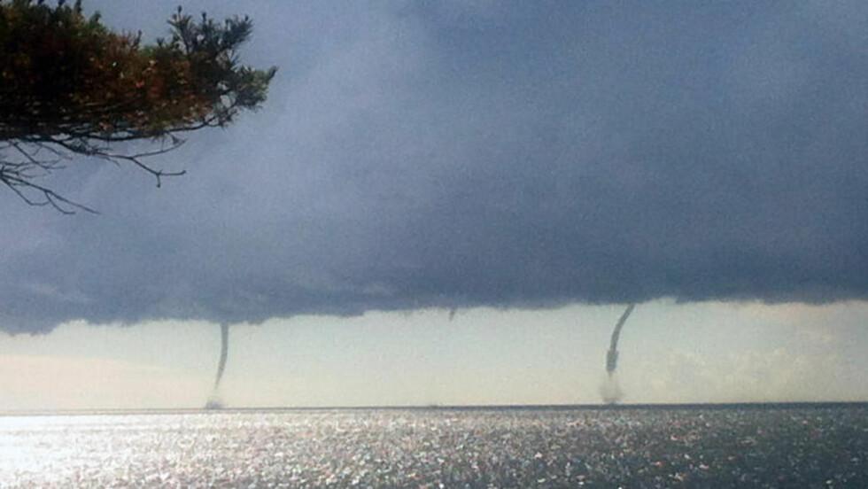 FLERE SKYPUMPER: Her danner flere skypumper seg utenfor Tromøy. Foto: Solvejg Knagenhjelm