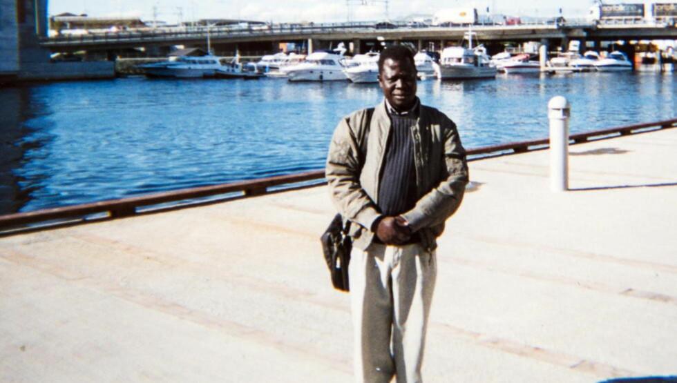 Tatt:  Familiefaren og trondheimsmannen Okello Akway (52) er fengslet i Etiopia og tiltalt for terror. Her er han ved Nidelva i Trondheim sentrum. Foto: Privat