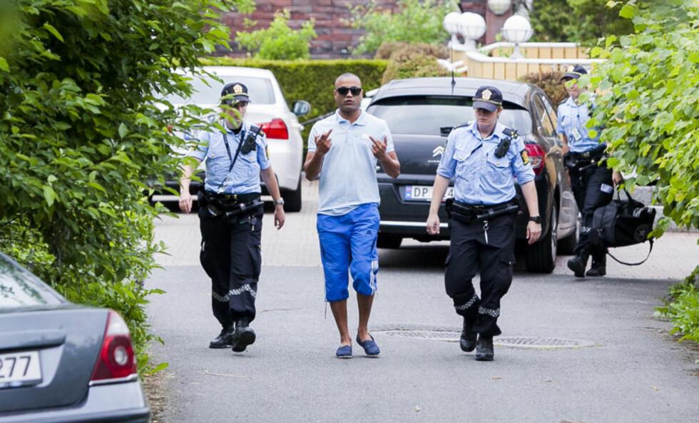 PÅGREPET: Narkosiktede Manzar Afzal (38) ble pågrepet i en planlagt politiaksjon 11. juni, bare dager etter at han fikk en narkotikadom i lagmannsretten. Her blir han ført ut av villaen han disponerer i Lørenskog til en sivil politibil mens han viser sin misnøye med Dagbladets tilstedeværelse. Foto: DAGBLADET