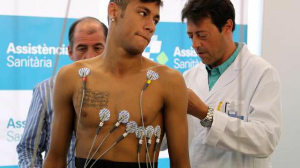 SJEKKET GODT: Neymar kostet mer enn 700 millioner kroner da Barcelona kjøpte han i fjor sommer. Her er bilder fra legesjekken i Spania. Foto: AFP / HO/ FC BARCELONA/ MIGUEL RUIZ / NTB SCANPIX