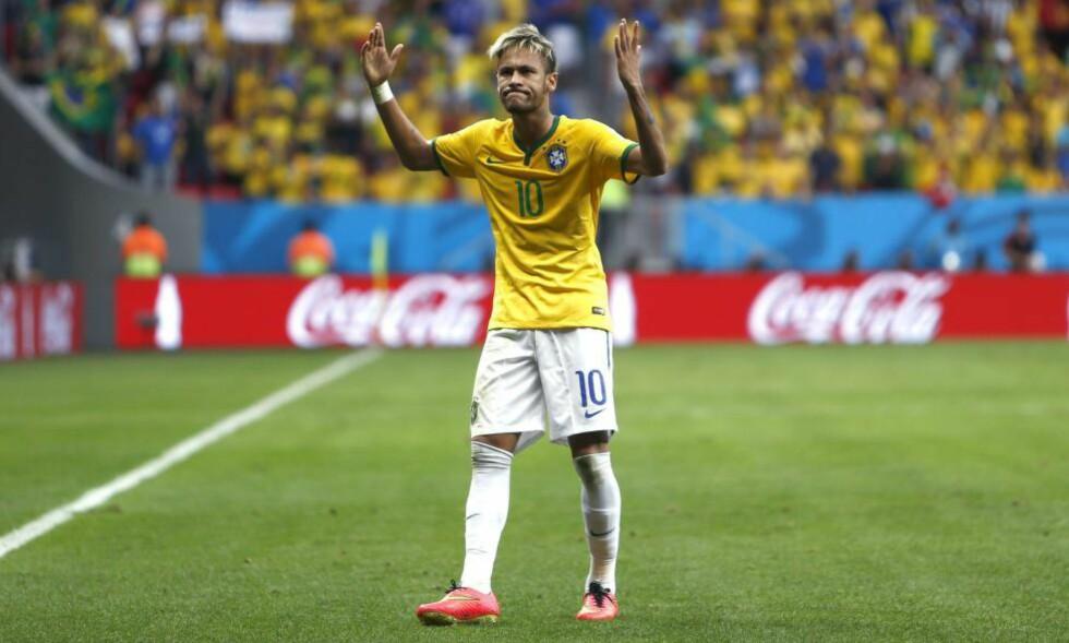 VM-SUPERHELTEN: Neymar er redningsmann og superstjerne for hele Brasil, etter fire mål på tre kamper så langt i mesterskapet. En bok utgitt like før VM-start forteller at han egentlig skulle ha flyttet til Spania for ni år siden. Foto: EPA / MARCELO SAYAO / NTB SCANPIX