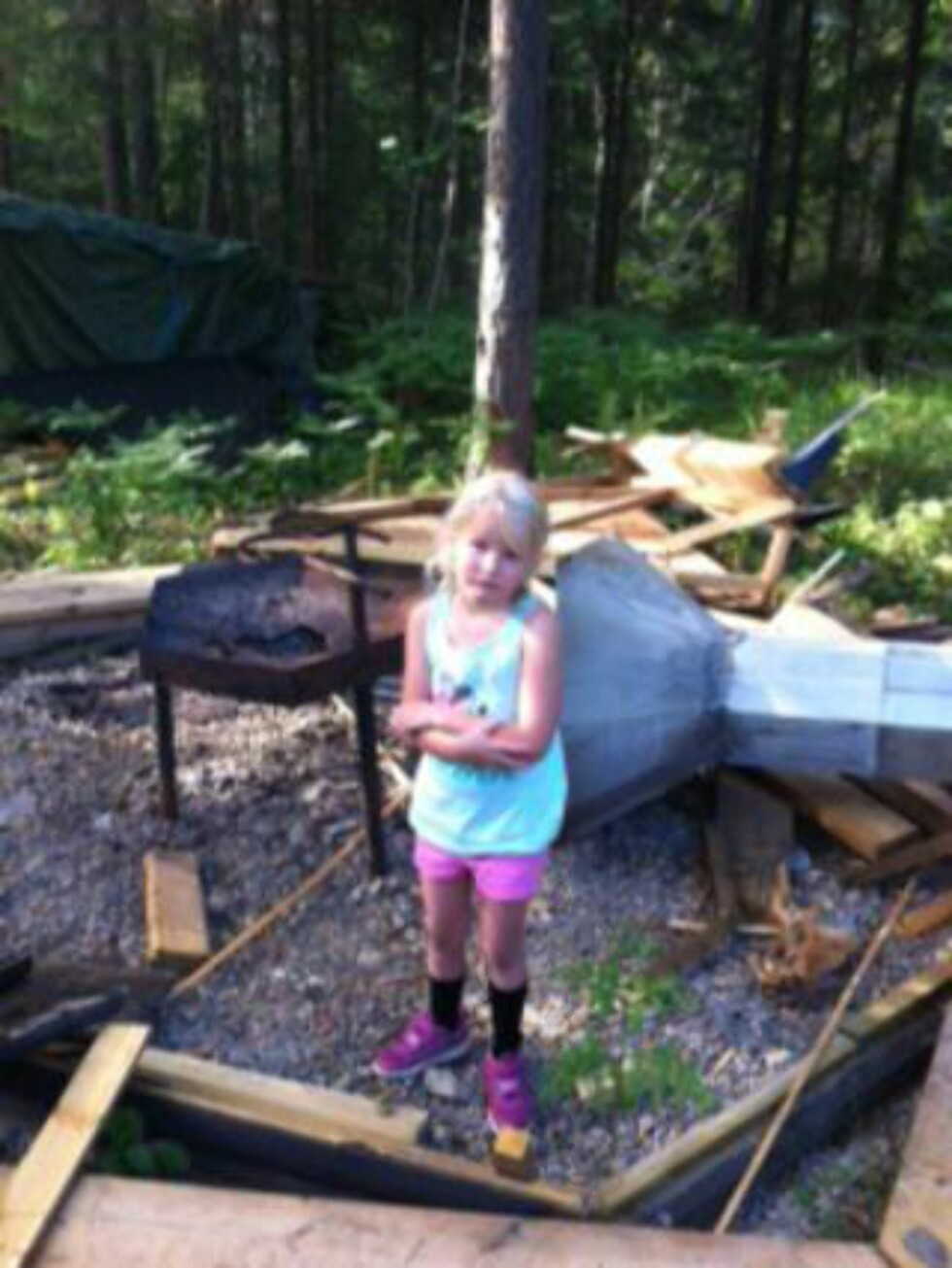 ETTER: Ronja (6) fant hytta i denne standen, og var meget lei seg. Foto: Annette Fillingsnes