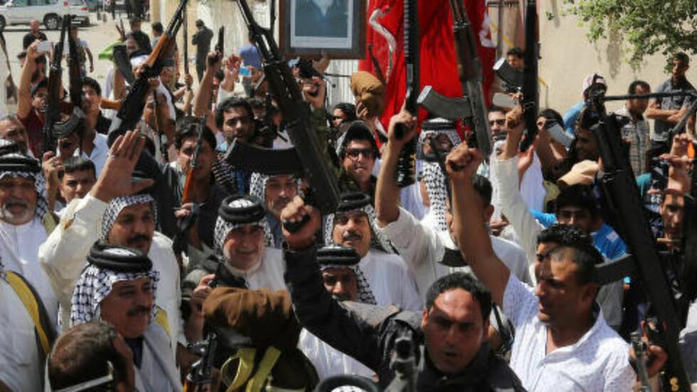 SJIAENE MOBILISERER:  Her har sjia-muslimer samlet seg i Sadr i Bagdad, for å støtte den irakiske hærens kamp mot sunni-opprørerne ISIL. Mens ISIL de siste ukene har vunnet voldsomt fram mot den irakiske hæren, mobiliserer nå hæren for å kunnne slå tilbake, med hjelp fra USA. Foto: Karim Kadim / AP / NTB Scanpix