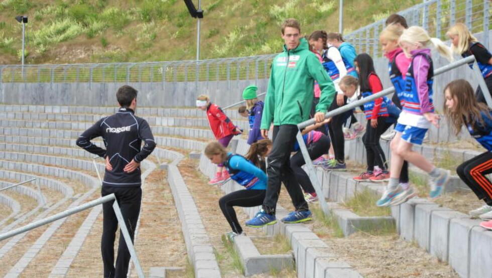 OPP OG NED:  Skal du bli en god hopper, er spenstøvelser sentralt. Her sørger Andreas Stjernen for at det går riktig for seg. FOTO: TORE ULRIK BRATLAND