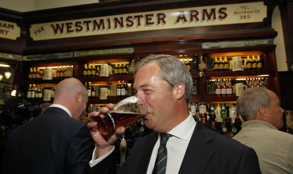 POLITISK KLOVNERI? Nigel Farage, leder i Uavhengighetspartiet i Storbritannia, har slått seg sammen med den italienske klovnen Beppe Grillo og hans Femstjernersbevegelse i Europa-parlamentet. Det kan bli et underlig samliv. Foto: AP / Scanpix / Sang Tan