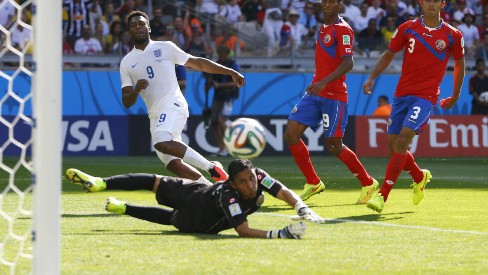 LYKTES IKKE: Daniel Sturridge må fortvilet se at Brazuca sniker seg utenfor stolpen. Liverpool-spissen hadde haugevis av sjanser, men maktet ikke å score mot Costa Rica. Foto: REUTERS/Damir Sagolj/NTB Scanpix