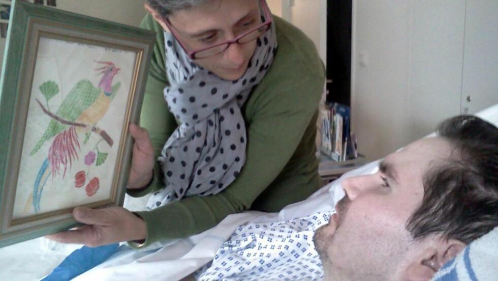 KJEMPER FOR SØNNENS LIV: Detter bildet fra i år viser den tidligere brannmannen Vincent Lambert og hans mor på sykehuset. Foto: PHOTOPQR/L'UNION DE REIMS/ APE / NTB Scanpix