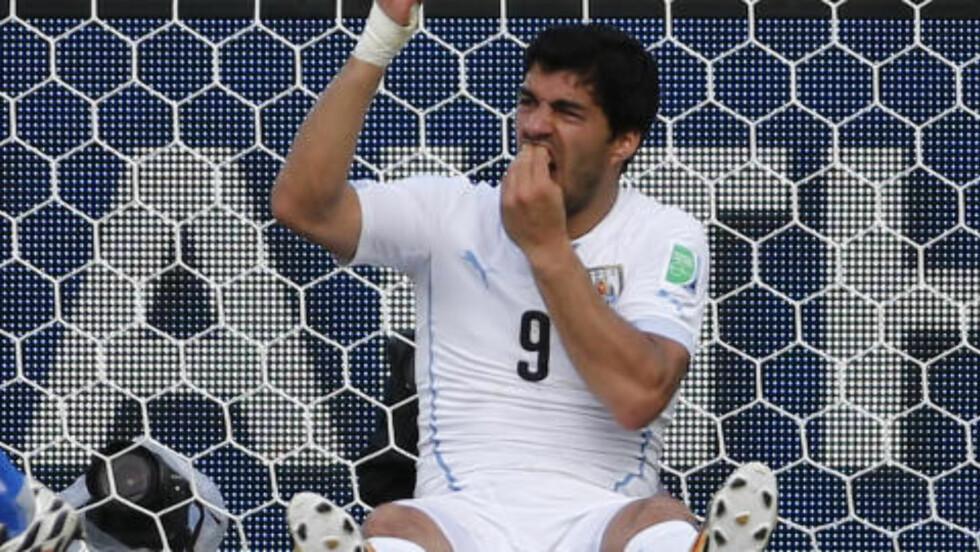 AKTIV SKULDER?  Luis Suárez hadde sin egen måte å håndtere situasjonen på. Foto: Yves Herman / Reuters / NTB Scanpix