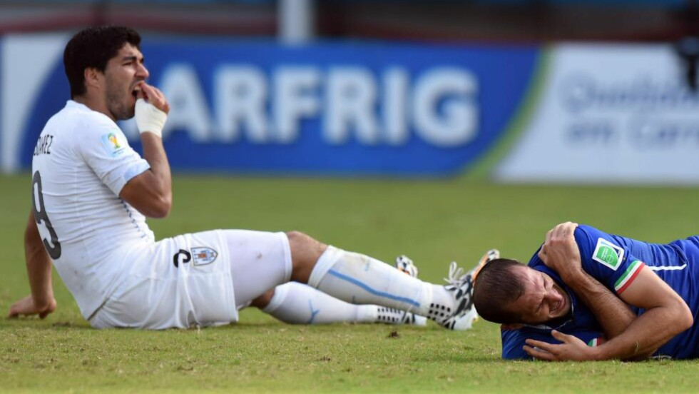 BARE KONTAKT?: Luis Suarez sier det bare var en liten kollisjon. Giorgio Chiellini er ikke enig. Foto: AFP PHOTO/ JAVIER SORIANO/ NTB Scanpix