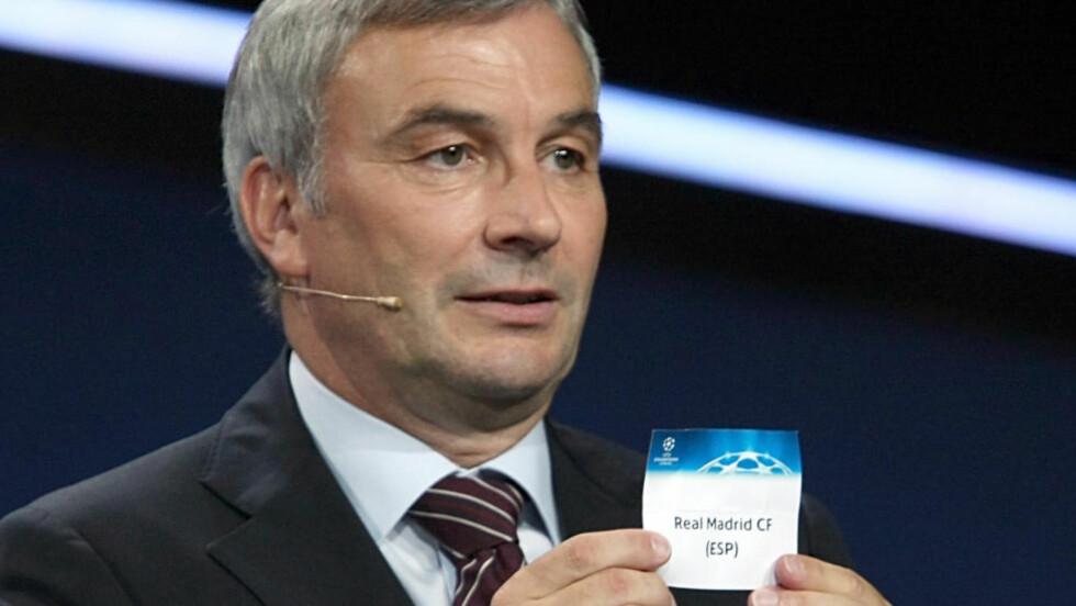 DØD: Tidligere generalsekretær i UEFA, David Taylor, er død 60 år gammel. Her fra trekningen av Champions League i 2009. Foto: AP Photo/Claude Paris