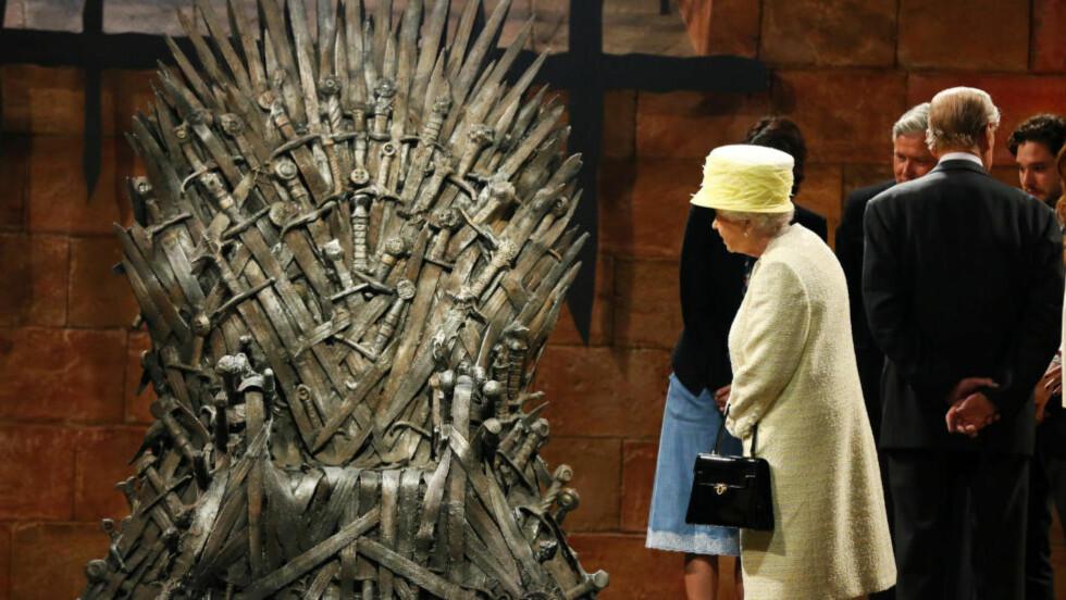 WINDSOR IS COMING: Dronning Elizabeth ser på, men vil ikke stige opp på, jerntronen i «Game of Thrones». Foto: NTB Scanpix