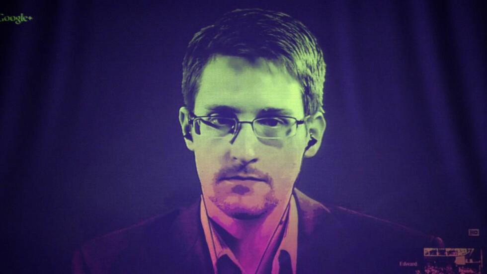 VERDIG VINNER:  Varsleren Edward Snowden er nominert til Nobels fredspris. Han har politisk asyl i Russland og snakker her til Europarådet i Strasbourg via en videokonferanse. Foto: AFP / NTB Scanpix