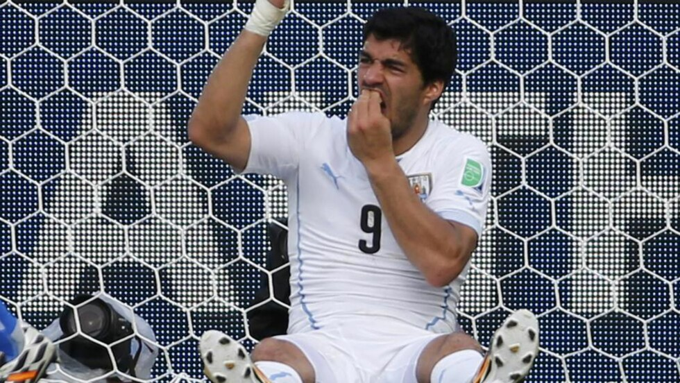 ÅPNET SAK:  Suárez og Uruguay har fått frist til onsdag kveld norsk tid til å gi sin side av saken og komme med relevant informasjon. Foto: REUTERS/Yves Herman/NTB Scanpix