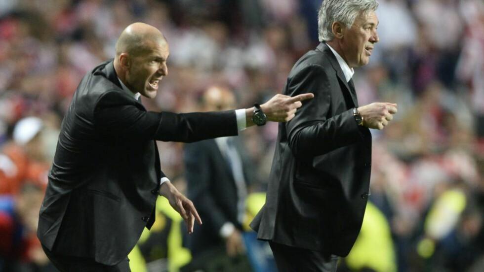 FORLATER ANCELOTTI: Zinedine Zidane (t.v) var assistent for Real Madrid-trener Carlo Ancelotti under årets sesong, som endte med Champions League-triumf. Foto: AFP  / FRANCK FIFE / NTB SCANPIX