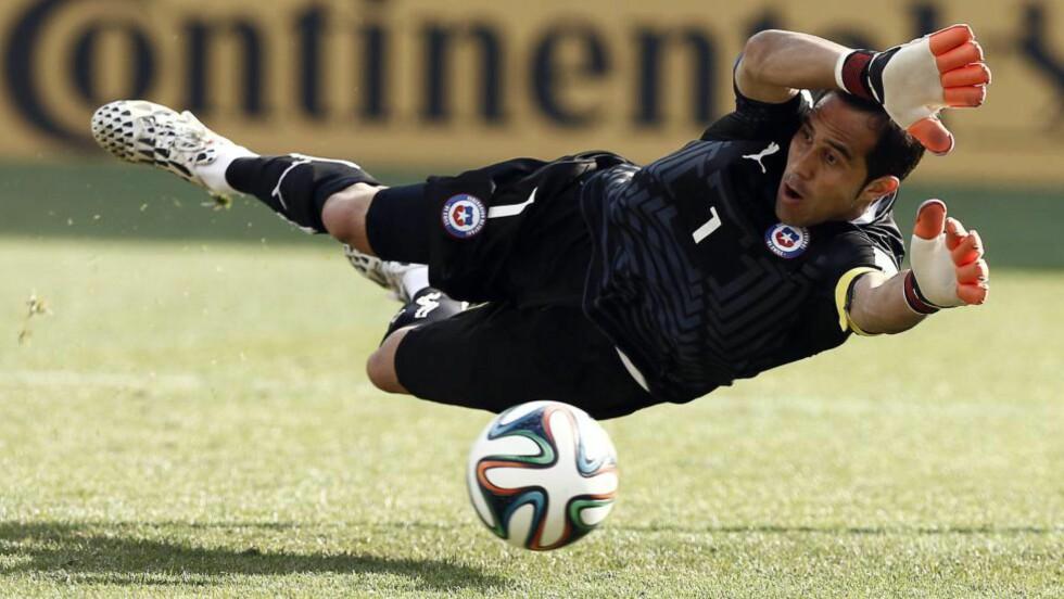 LA LIGA-KEEPER: Chiles målvakt Claudio Bravo flytter sørøstover fra San Sebastian-klubben Real Sociedad og til Barcelona. Foto: EPA/JESUS DIGES / NTB SCANPIX