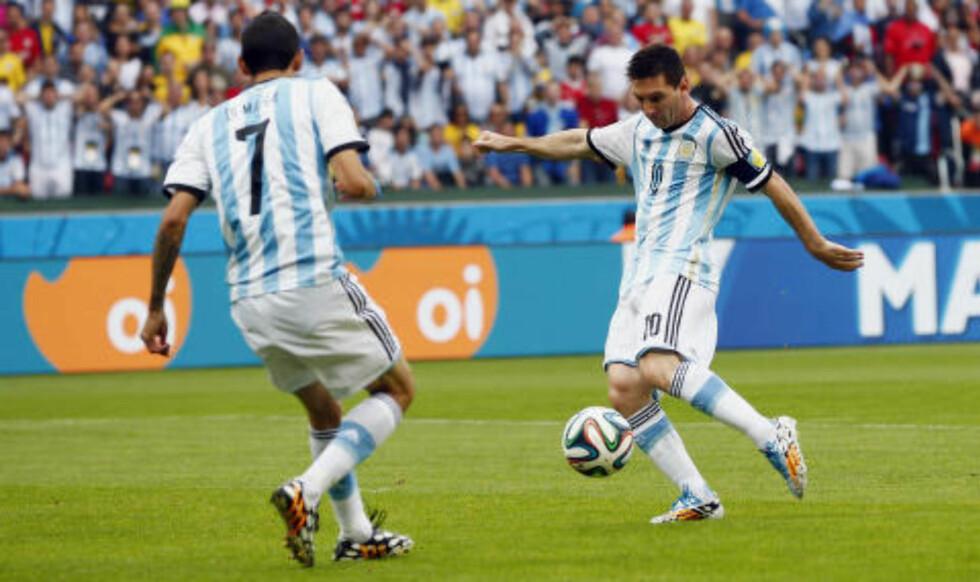 PANG: Lionel Messi setter inn 1-0. Angel Di Maria burde ha scoret først, men blir bare tilskuer. Foto: Darren Staples / Reuters / NTB Scanpix