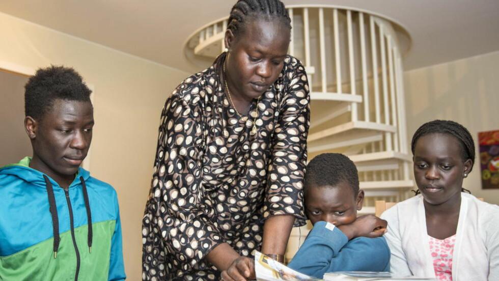 SAVNER PAPPA: Det er uvisse dager for denne etiopiske familien i Trondheim. Den 52 år gamle familifaren Okello Akuay Ochalla sitter arrestert i Etiopia, anklaget for terrorvirksomhet. Utfallet av en retssak er helt uviss, men kan ende i døsstraff. Sønnen Akway Okello Akway (18, f.v.) kona Obo Adwo Omot (37) sønnen Marho Okello Akway (10) og datteren Nuye Okello Akway (12) håper faren snart er trygt hjemme igjen. Foto: OLE MORTEN MELGÅRD