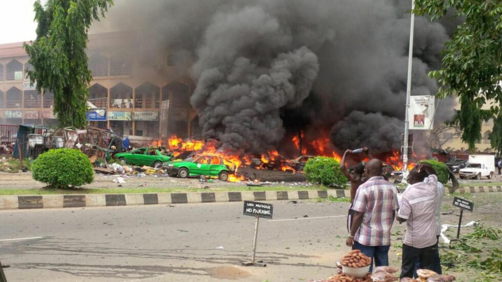 21 DREPT:  Minst 21 personer har mistet livet i en eksplosjon i et kjøpesenter i Abuja i Nigeria i 16-tida lokal tid.  Foto. AP Photo
