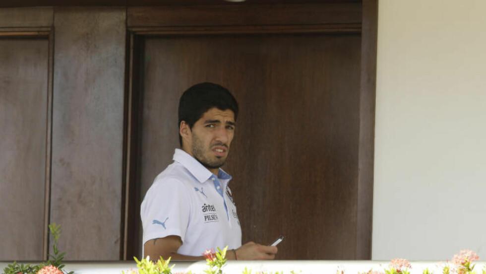 VENTER: Uruguays spiller, Luis Suarez venter nå på FIFAs avgjørelse om biteepisoden. Foto: AP Photo/Hassan Ammar
