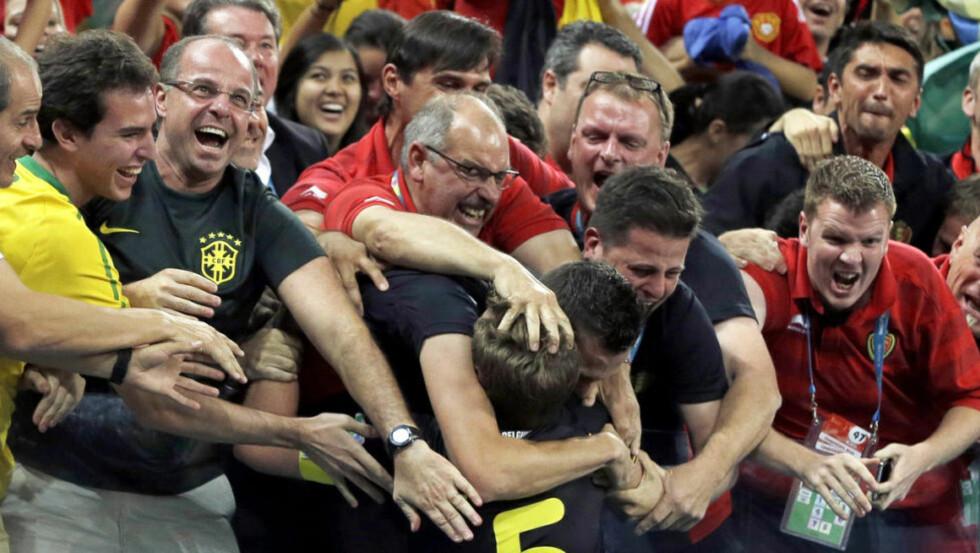 GLEDE: jan Vertonghen feirer kampens eneste mål sammen med belgiske fans. Foto: AP Photo / Thanassis Stavrakis / NTB Scanpix