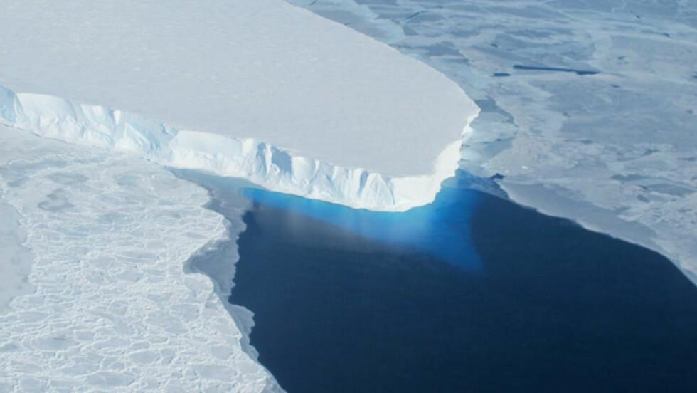 NY FORSKNING:  Isen som dekket store deler av den nordlige halvkule for 2,6 millioner år siden hadde en ukjent mekanisme som gjorde at sammenføyningen av Nord og Sør-Amerika endret saltinnholdet i Stillehavet. Dette NASA-bildet viser Thwaites-isbreen i Vest-Antarktis. Foto: AFP PHOTO/NASA/HANDOUT