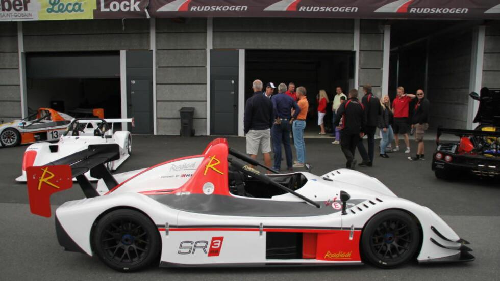 FULLBLODS: Den ser ut som en racerbil, og er en racerbil. I tillegg er den lettkjørt og parkerer det aller meste. Foto: FRED MAGNE SKILLEBÆK / DINSIDE.NO
