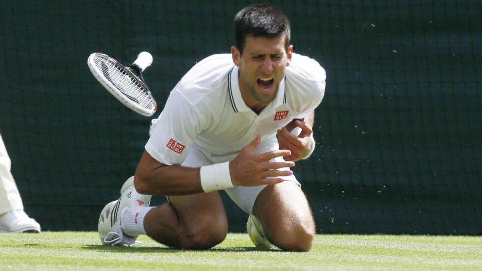 FALT: Tennisstjernen Novak Djokovic måtte ha medisinsk timeout for en vond skulder, men tok seg likevel komfortabelt videre til 4. runde i Wimbledon-turneringen. Foto: AP Photo / Sang Tan / NTB Scanpix