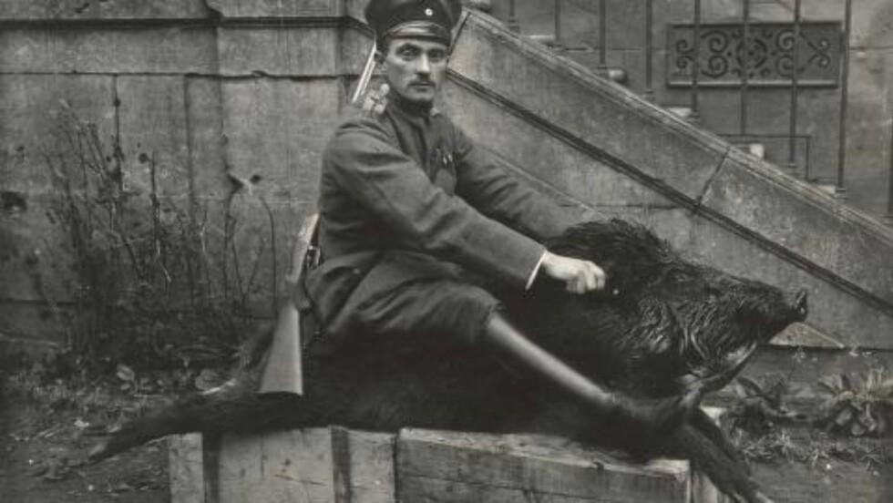 STOLT KRIGER: Tysk offiser som stolt poserer på ryggen av et nedlagt villsvin. Soldatene hadde mye fritid å slå ihjel, påpeker historikeren Nik.Brandal.  Foto:Odette Carrez/Reuters