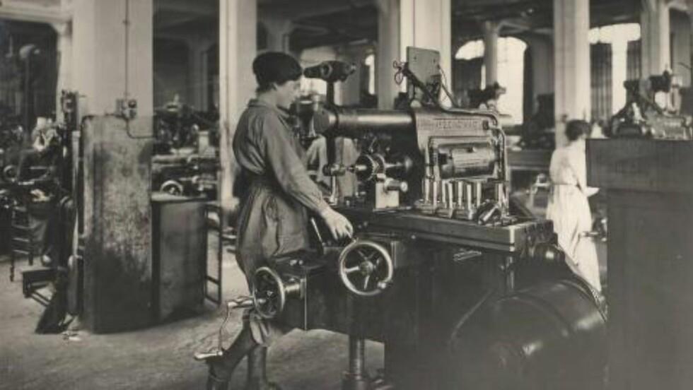 Kvinnene ble under første verdenskrig satt inn som arbeidskraft i industrien.  Foto: Odette Carrez/Reuters