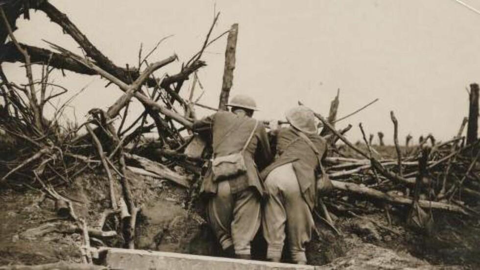 UTSIKT til slagmark på vestfronten - betraktet av to britiske soldater.  Foto:Odette Carrez/Reuters
