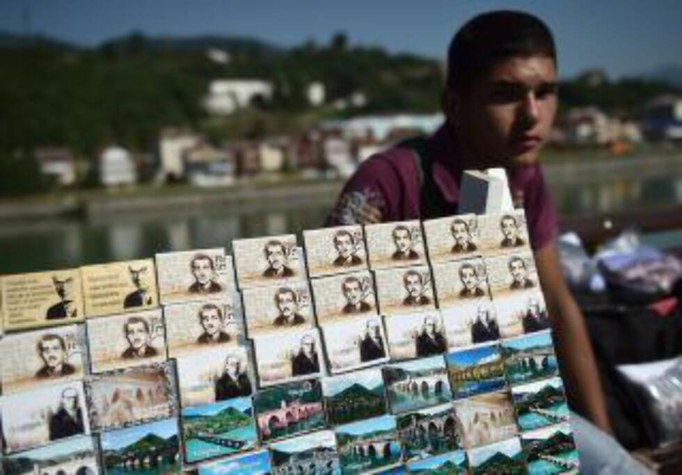 En gateselger i den serbiskkontrollerte delen av Sarajevo tilbyr fyrstikkesker med bilde av den - fortsatt populære - attentatmannen Gavrilo Princip. (Foto: AFP/ANDREJ ISAKOVIC)