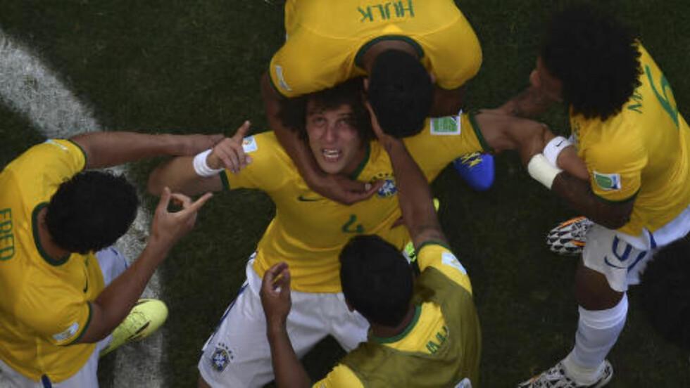 1-0: Brasils David Luiz feirer med lagkompisene etter å ha presset en chilener til å sette kula i eget nett. Foto: REUTERS / Francois Xavier Marit / NTB Scanpix