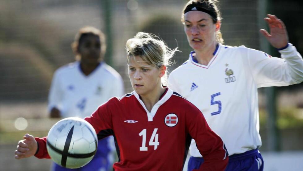 HISTORISK: Corinne Diacre scoret mot Norge i Bjarne Berntsens første kamp som norsk sjef i 2005. Nå blir hun den første kvinnen til å lede et herrelag i andredivisjon eller høyere. Foto: Tor Richardsen / SCANPIX