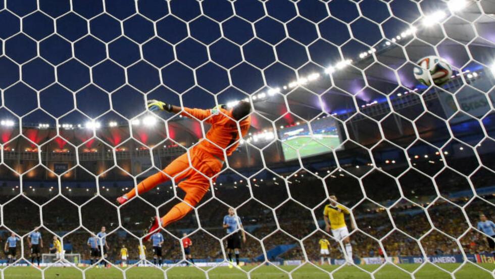 LEKKERT: Rodriguez sin første scoring må sies å være VMs vakreste så langt: Han tok den ned på brystet, vendte og knallet ballen i nettmaskene. Foto: AP Photo / Natacha Pisarenko / NTB Scanpix