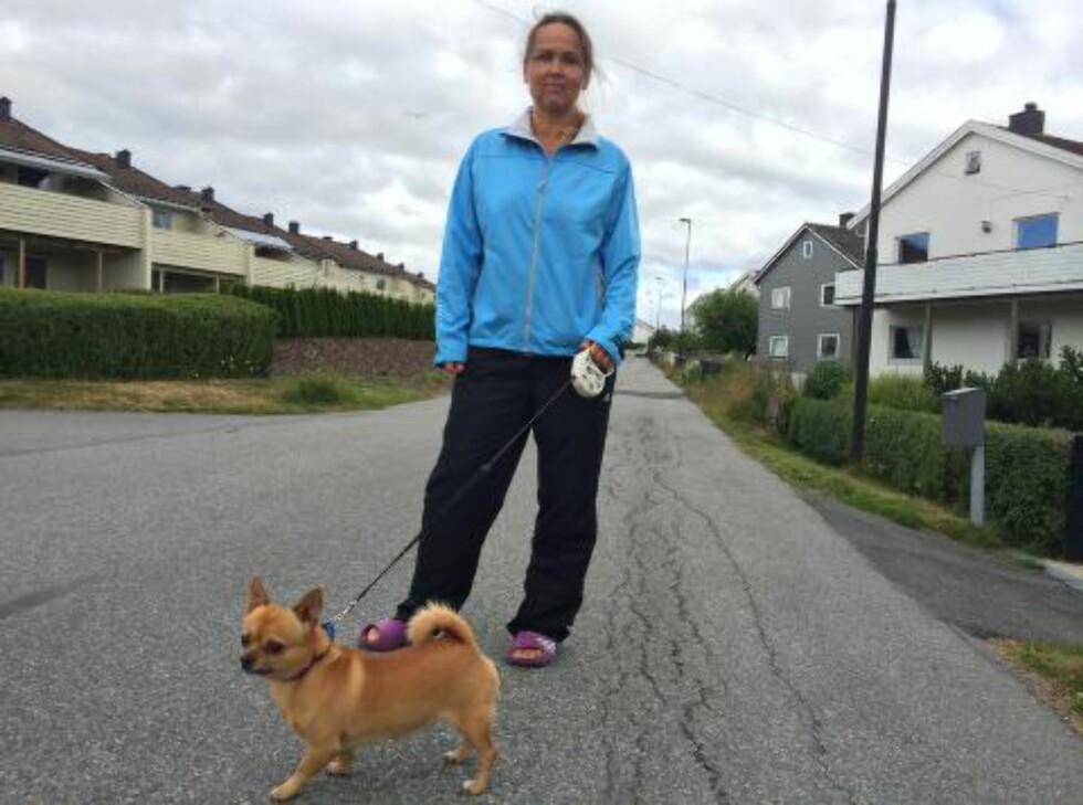 - SÅ DET PÅ NETTET: Heidi Haanstad er ute og lufter hunden, i nabolaget der en 38-åring ble skutt og drept lørdag kveld. Hun hørte heller ingenting, men ble varslet om drapet, på Facebook. Foto: John Terje Pedersen / Dagbladet