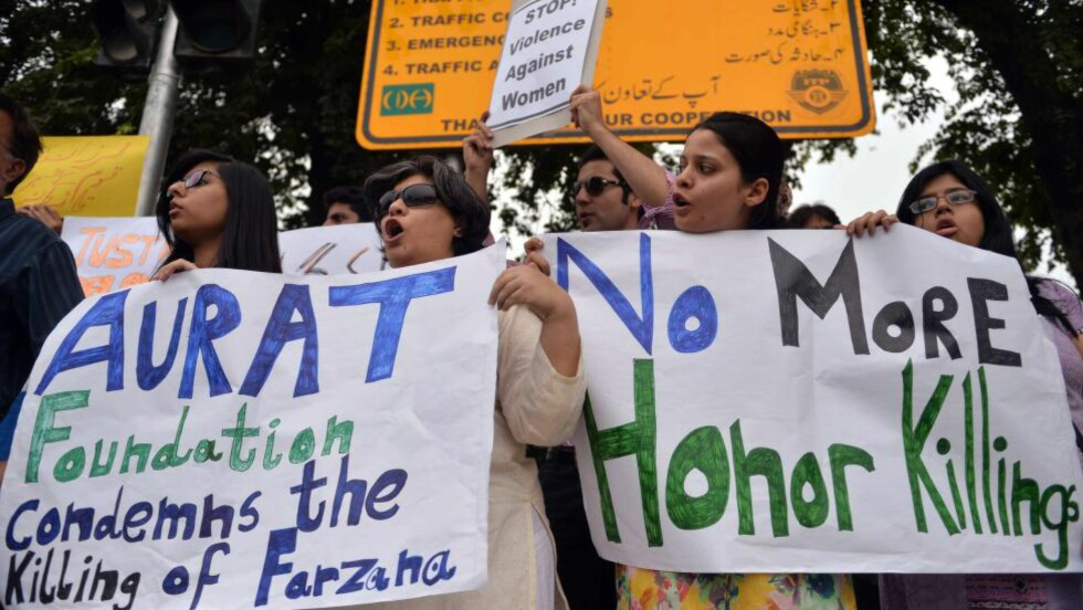 STERKE PROTESTER:  Steiningen av 25 år gamle Farzana for en måned siden utløste kraftige protestaksjoner i Pakistans hovedstad Islamabad blant menneskerettighetsforkjempere. Nå har de fått en ny rystende grunn til å aksjonere. Foto: Aamir Qureshi, AFP/NTB Scanpix.