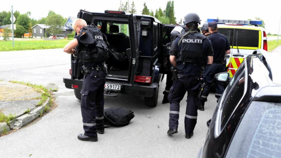 VÆPNET AKSJON:  Politiet i Nord-Trøndelag gikk til væpnet aksjon etter skyting i Verdal i ettermiddag. Foto: Terje Næss, NTB Scanpix.