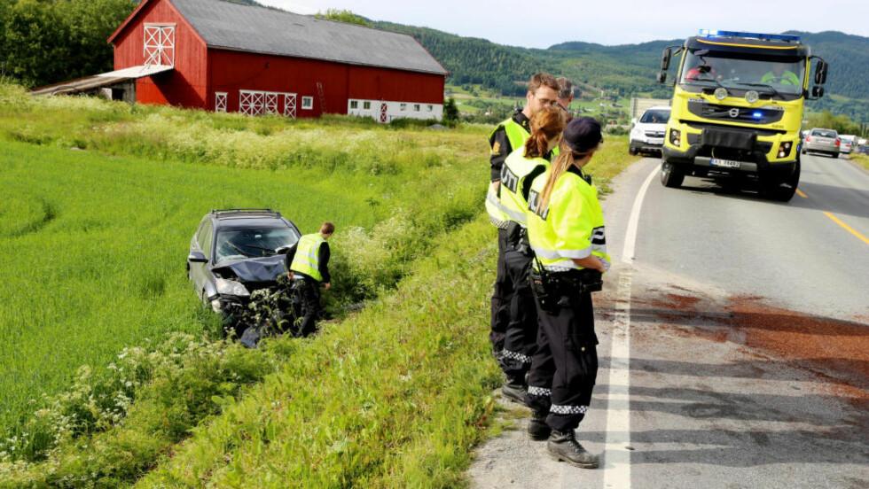 FRONTKOLLISJON:To personer ble alvorlig skadd i en frontkollisjon mellom to personbiler på fylkesvei 17 i Steinkjer i ettermiddag. Foto: Terje Næss / NTB scanpix
