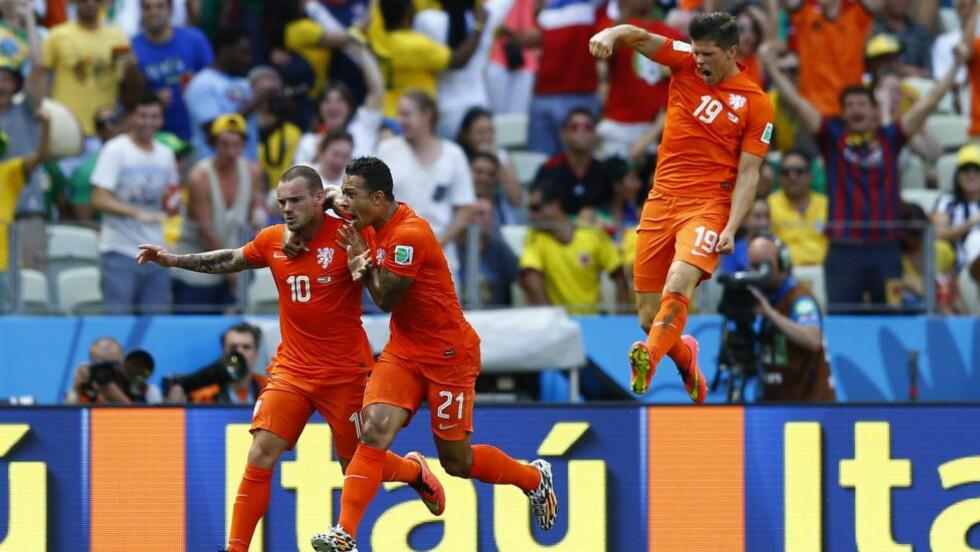 FEIRER:  De nederlandske spillerne trodde knapt sine egne øye. De snudde mot Mexico og vant 2-1. FOTO: NTB SCANPIX