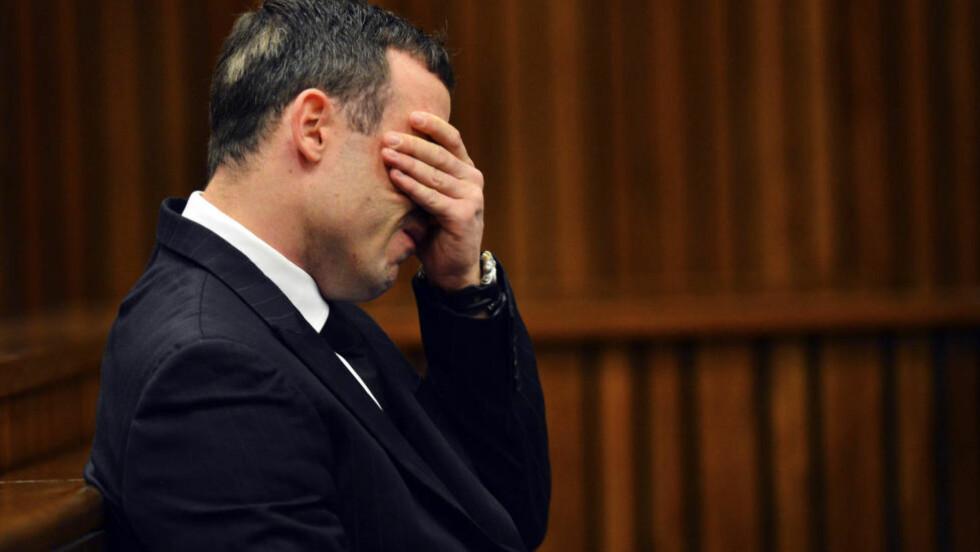 I RETTEN: Oscar Pistorius i rettslokalet i Pretoria mandag, etter 30 dager med psykiske tester. Foto: AFP / Marco Longari / NTB scanpix